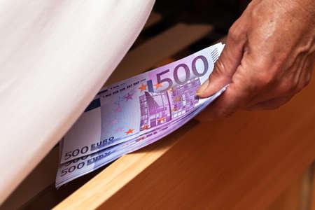 billets euros: De nombreux billets en euros sont cach�s sous le lit.