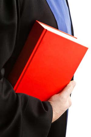 jurisprudencia: Un juez con un libro de derecho en los tribunales. Levantar en la mano. Foto de archivo