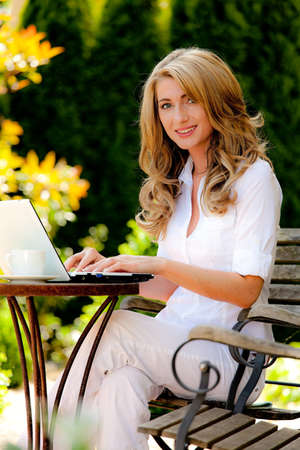 ordinateur: Woman with laptop in the garden. Work in the garden. Stock Photo