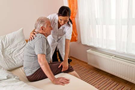 tercera edad: una enfermera de cuidado para los ancianos en residencias