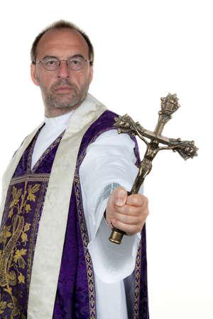 pr�tre: Un pr�tre catholique avec une croix dans sa main