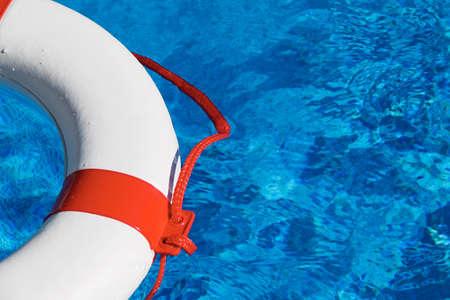 indebtedness: Un pneumatico emergenza galleggianti in una piscina. Immagine di esempio per gli aiuti, debito e fallimento