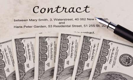 contratos: Billetes de d�lar y contrato ingl�s Foto de archivo