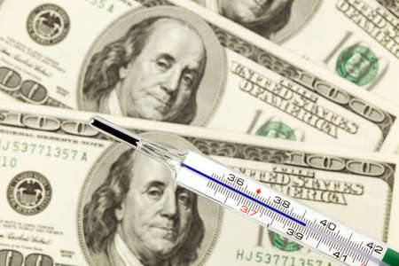 crisis economica: Billetes de d�lar y term�metros de fiebre. Y la crisis econ�mica en Estados Unidos. Foto de archivo