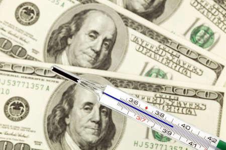 wirtschaftskrise: Dollar-W�hrung-Notizen und Fieberthermometern. Und Wirtschaftskrise in Amerika.