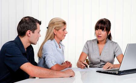 aide � la personne: Mari et femme dans une consultation dans un bureau