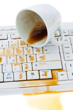 overturn: Tazza di caff� versato sulla tastiera di un computer. Assicurazione danni.