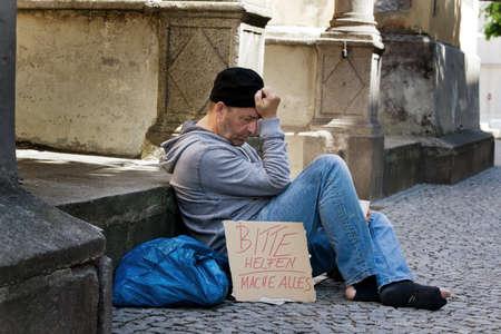 Een dakloze op zoek naar nieuw werk. Werkloze bedelaars op straat leven.