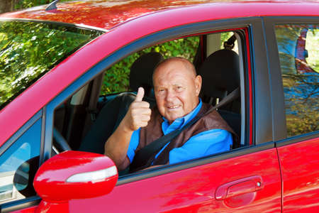 Older Woman, wenn das Tragen des Sicherheitsgurtes im Auto.