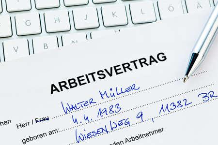 relaciones laborales: El empleo de un trabajador con el empleador. (En alemán)
