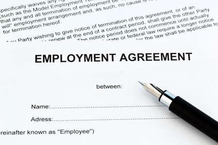 contrato de trabajo: El empleo de un trabajador con el empleador. (En ingl�s)