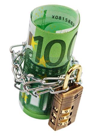 billets euros: Les billets en euros avec serrure et de la cha�ne sur fond blanc Banque d'images