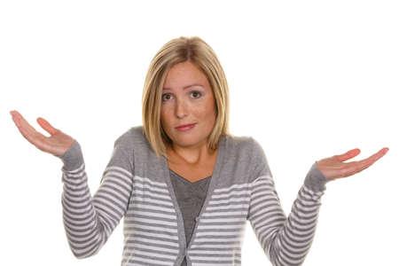 clumsy: Una mujer confiada encoge de hombros. Encogerse de impotencia y