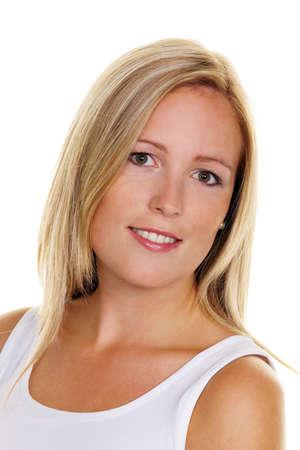 joie: Portrait einer jungen blonden Frau mit Sommersprossen auf wei�em Hintergrund