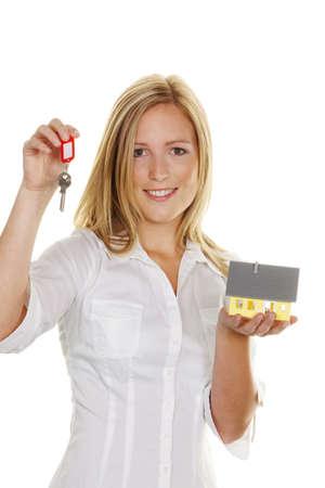 rental: Una mujer joven con claves de casas y departamentos de una modelo.