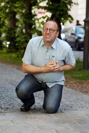 hipertension: Un hombre tiene un ataque al coraz�n o un derrame cerebral en el camino Foto de archivo