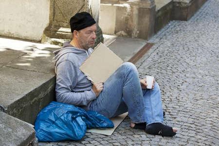 compromisos: Un mendigo sin hogar desempleados tiene hambre y tiene Foto de archivo