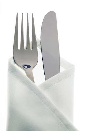 cuchillo y tenedor: Un cuchillo con un tenedor y plato. Coloque la creaci�n de una cena en el restaurante.
