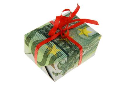 billets euros: Un paquet comme un cadeau en billets en euros envelopp�. Don fait en esp�ces et d'aust�rit�. Banque d'images