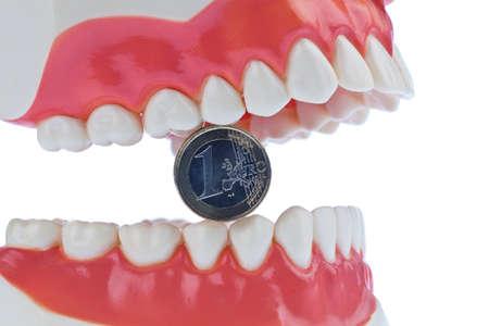 billets euros: Un mod�le de soins dentaires chez le dentiste avec des billets en euros. Co�t de la Sant�.