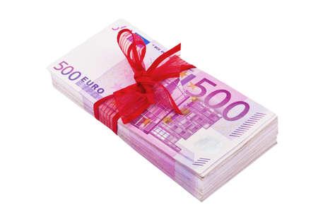 mucho dinero: 500 billetes de banco son un montón de dinero en un montón. Con punto rojo. Foto de archivo