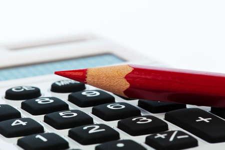 audit: Ein roter Bleistift und Taschenrechner. Rationalisieren und speichern Bildsymbol