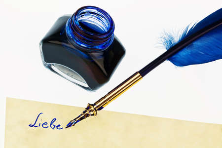 notieren: A blue pen with an ink bottle on white background