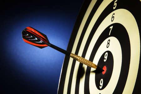 ambi��o: An arrow game with a dart has hit the mark. Banco de Imagens