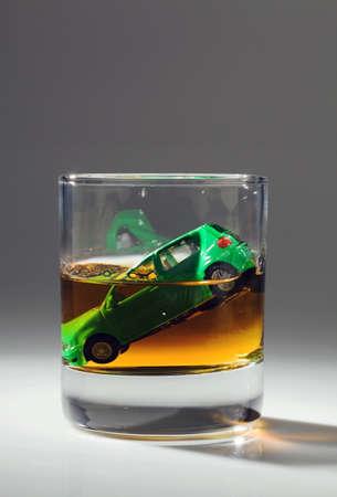 alcoolisme: Cl�s de voiture et un verre d'alcool sur une table