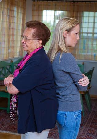 conflictos sociales: una nieta y su abuela cuando argumentando. el conflicto entre generaciones