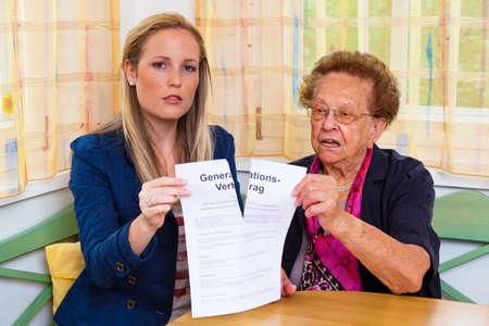 conflictos sociales: un nieto de visitar a su abuela y leer un contrato entre generaciones.
