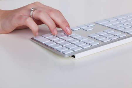 bevoelen: een hand is een aantal op een computer toetsenbord.