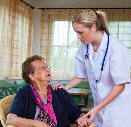 medizin: the doctor comes to a sick old lady. home visits and house calls Stock Photo