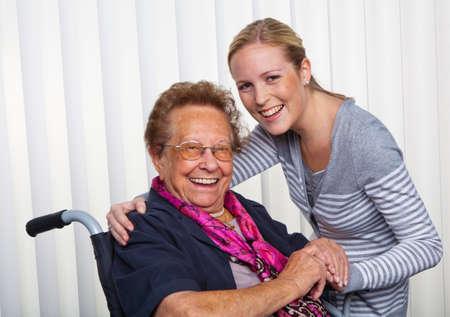 joie: ein Enkel Besuch seiner Gro�mutter, die im Rollstuhl sitzt.