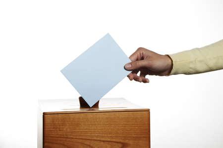 parlamentario: una mujer joven con un votante en las urnas. votar en una democracia