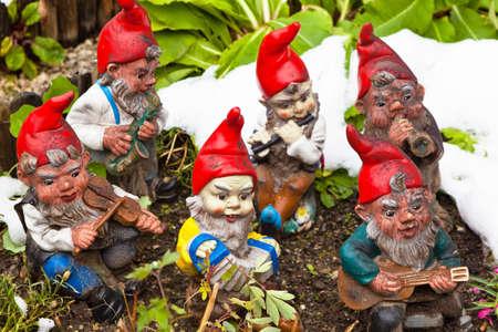 gnomos: muchos gnomos de jardín en un jardín. kitsch es divertido