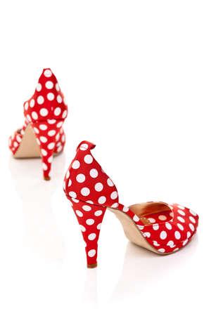tacones rojos: los zapatos de las mujeres de tacón alto de color rojo con lunares blancos