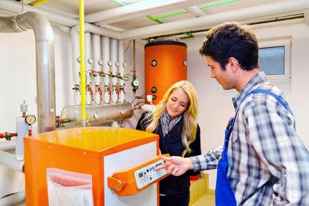 ordenanza: jóvenes ingenieros en sistema de calefacción con calderas de calefacción