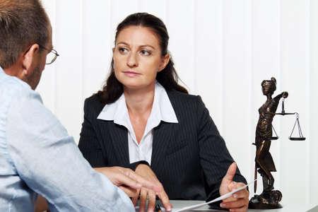 salaires: businesswoman lisant une lettre dans le bureau. message de l'avocat ou le centre des imp�ts.