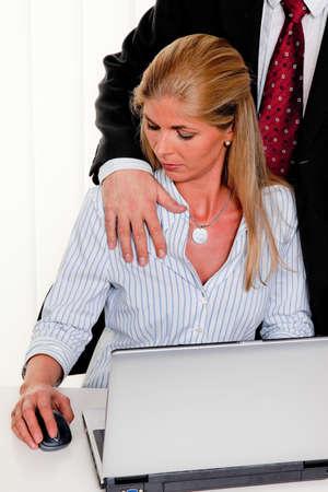 violencia sexual: el acoso sexual de las mujeres en el trabajo en la oficina Foto de archivo