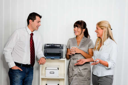 vivre: conversation among several employees in an office