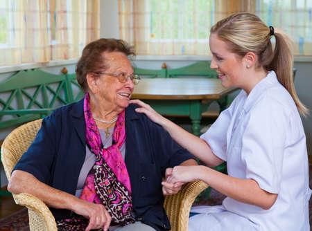 personnes �g�es: une infirmi�re de soins � domicile des visites d'un patient