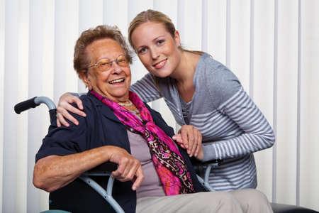 joie: ein Enkel seine Gro�mutter zu besuchen, wird die im Rollstuhl sitzen.