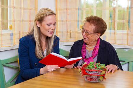 joie: ein Enkel seiner Gro�mutter zu besuchen. las aus einem Buch