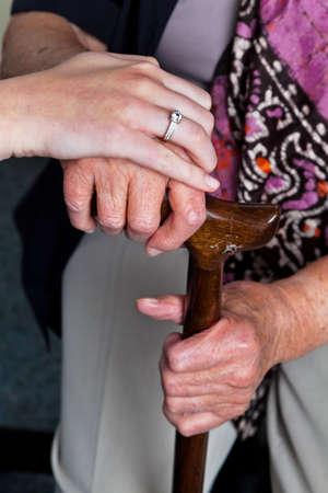 discapacidad: abogados y una mano joven con un bast�n. visita de los nietos