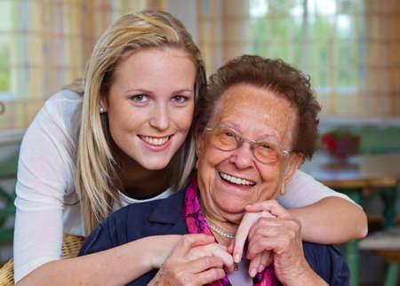 un nieto para visitar a su abuela. diversión y el placer en el abrazo. Foto de archivo