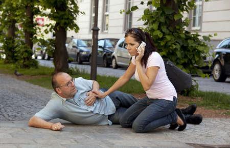 angina: un hombre tiene un ataque al corazón o un derrame cerebral en el camino
