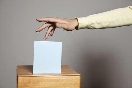parlamentario: una mujer joven con un votante en la cabina de votaci�n. voto en una democracia
