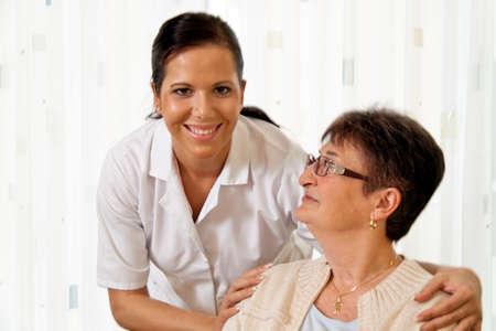 empleadas domesticas: una enfermera en el cuidado de los ancianos de los ancianos en los asilos de ancianos Foto de archivo