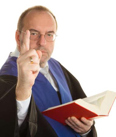 giurisprudenza: un giudice con un libro di legge in tribunale. contro uno sfondo bianco Archivio Fotografico